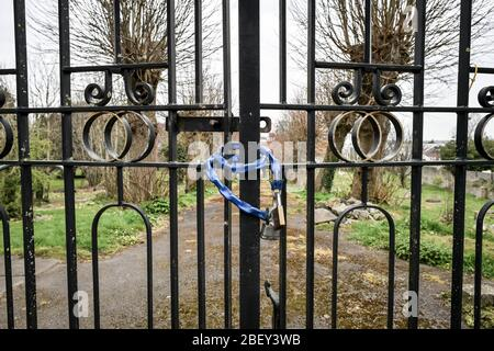 NOTA: IMAGEN 31 DE UN CONJUNTO de 35 IMÁGENES CON PUERTAS CERRADAS DE NEGOCIOS Y LUGARES QUE ESTÁN CERRADOS DURANTE EL CIERRE del Reino Unido UNA cadena azul y candado de latón se utiliza para impedir el acceso a un cementerio en Bristol, ya que el Reino Unido continúa en cierre para ayudar a frenar la propagación de la coronavirus.