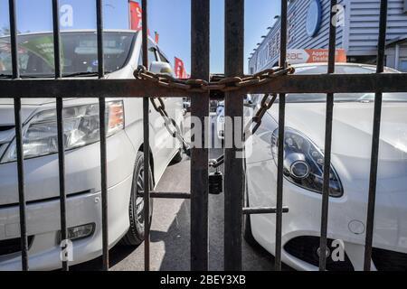 NOTA: IMAGEN 30 DE UN CONJUNTO de 35 IMÁGENES CON PUERTAS CERRADAS DE EMPRESAS Y LUGARES QUE SE CIERRAN DURANTE EL CIERRE en el Reino Unido UNA cadena pasa por puertas de acero en un patio de ventas de coches en Bristol para evitar el acceso, ya que el Reino Unido continúa en el cierre para ayudar a frenar la propagación de el coronavirus.