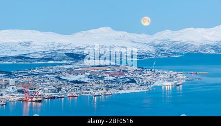 Vista aérea en Tromso en Luna llena en invierno, Noruega