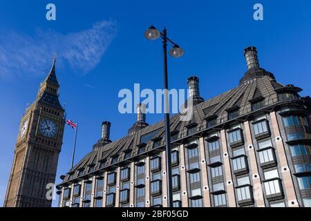 """La Torre Elizabeth que alberga el reloj es conocida popularmente como """"Big Ben"""" parte del Palacio de Westminster comúnmente conocido como las Casas del Parlamento"""