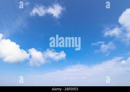 paisaje nublado en un día de verano. hermoso pronóstico de tiempo soleado. formación dinámica de nubes en el cielo azul