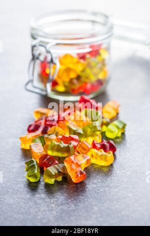 Osos gomosos, caramelos de gelatina. Coloridas cintas en la mesa.