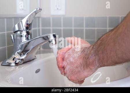 un cierre de un hombre lavándose las manos con jabón como medida de seguridad durante la pandemia de Covid 19. HD DE 24 FPS.