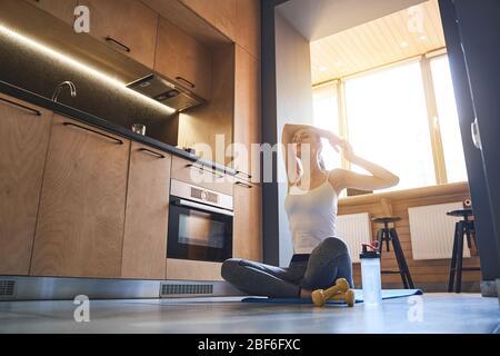 Mujer joven de ajuste trabajando en casa