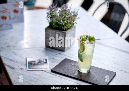 Cóctel Mojito renovado con galletas en la mesa de mármol. Cóctel exótico de colores en verano