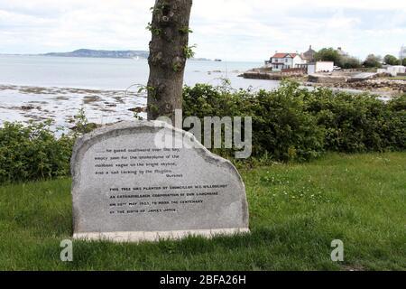 Monumento conmemorativo a James Joyce en Sandycove en la República de Irlanda Foto de stock