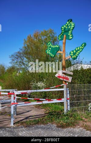 Parque infantil en Berlín, Alemania, que fue cerrado debido al virus Covid-19 y el bloqueo del contacto con una cinta de barrera. El texto significa p