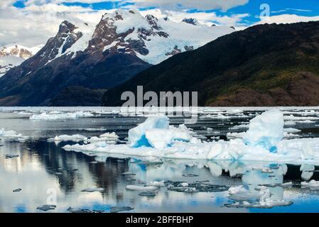 Fiordo Calvo en el borde del Canal Sarmiento en el Parque Nacional Bernardo o'Higgins en Patagonia Chile fiordos cerca de Puerto Natales, Chile