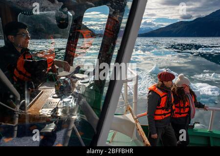Turistas en el crucero Capitan Constantino en el fiordo Calvo en el borde del Canal Sarmiento en el Parque Nacional Bernardo o'Higgins en la Patagonia
