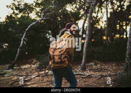 Retrato de un hombre joven que lleva la cámara al aire libre