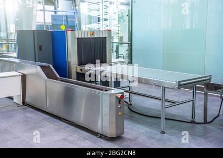 Máquina de rayos X para la inspección del equipaje de los pasajeros en el mostrador de facturación del aeropuerto