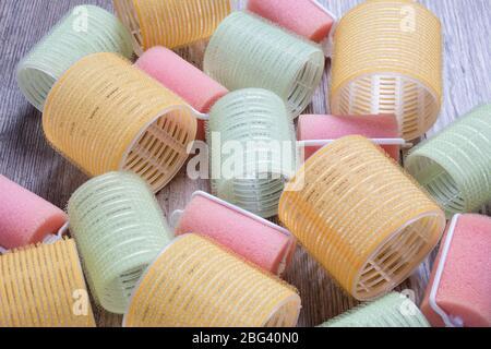 Rizadores de velcro sobre fondo de madera. Rizo, onda, volumen, cabello. Belleza, moda. Peluquería. Estilista. Rodillos para el pelo. Rizadores de pelo
