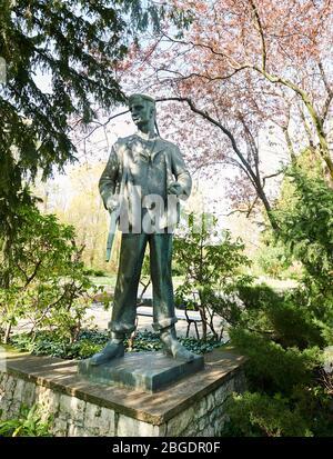 Berlín, Alemania. 14 de abril de 2020. La estatua de bronce 'Red Saillor' muestra a un marinero en el uniforme de la División de la Marina Popular. Fue diseñado por Hans Kies, quien, entre otras cosas, ayudó a crear monumentos en el campo de concentración de Buchenwald. La estatua está destinada a ser un recordatorio simbólico de la revolución de 1918/19. Crédito: Annette Riedl/dpa-Zentralbild/ZB/dpa/Alamy Live News