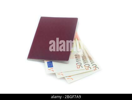 Euro en el pasaporte. Dinero en el pasaporte aislado sobre fondo blanco. Colección de fotos de negocios.