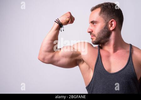 Retrato de un bíceps flexionado muscular