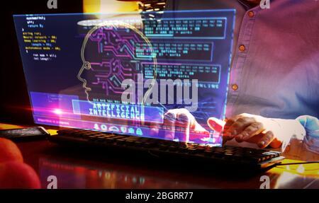 Inteligencia artificial. La cámara se mueve alrededor de la pantalla hud y el teclado de hombre. Tecnología de aprendizaje de máquinas profundo con forma de cabezal cibernético. Digital AI f