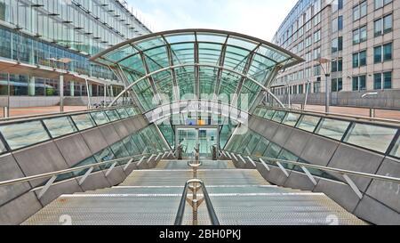 Bruselas, Bélgica - 19 de abril de 2020: Entrada de emergencia desde la estación Bruselas-Luxemburgo sin personas durante el período de confinamiento.