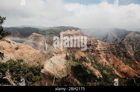 Vista idílica de la majestuosa cordillera en el Parque Estatal Waimea Canyon, Kauai, Hawaii, Estados Unidos Foto de stock