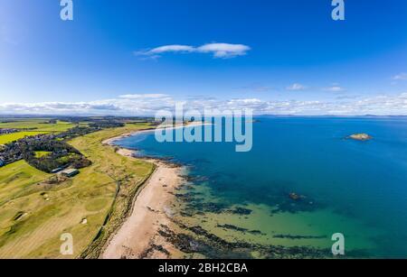 Reino Unido, Escocia, Berwick del Norte, panorama aéreo de la ciudad de Firth of Forth y la ciudad costera en verano