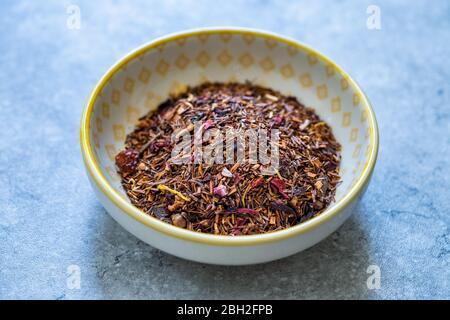 Gorilas secas de bayas de invierno piezas de té con fresa seca, hibisco, aromatizante, canela, clavo, rosehip, manzana, calendula, puntas de vainilla. Listo para nosotros