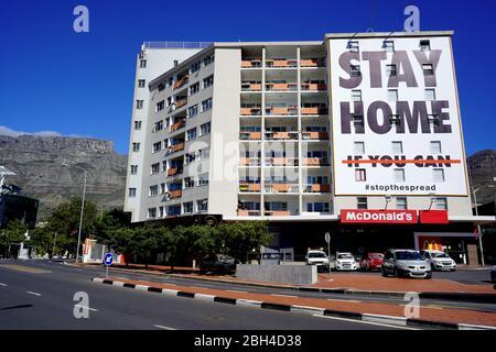 23 Abril 2020 -Ciudad del Cabo, Sudáfrica : señal de advertencia Covid-19 en un edificio de Ciudad del Cabo Foto de stock