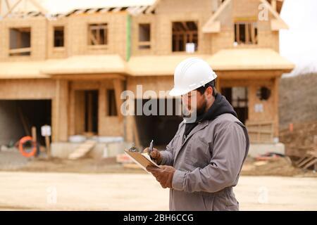 Diseño de arquitecto en el cuaderno en el sitio de construcción.