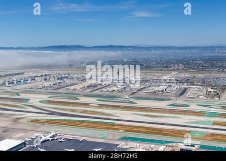 Los Angeles, California – 14 de abril de 2019: Foto aérea del Aeropuerto Internacional de los Angeles (LAX) en California.