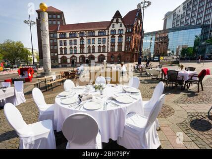 Dortmund, 24.04.2020: Leere Tische, Stühle und Betten auf dem Friedensplatz en Dortmund. Nach einem Aufruf des DeHoGa (Deutscher Hotel- und Gaststättenverband) haben sich Gastronomiebetriebe unter dem lema STILLSTERBEN zusammengetan, um an der Protestaktion teilzunehmen, mit der chrauf die Lage ihrer Betriebe auf-der Corona bägen-bägen-bgen der Bägen-bgen-bägen der Bägen-bgen-bsen in der Kägen-bsen in der Kärgen-bsen in der --- Dortmund, 24 de abril de 2020: Mesas, sillas y camas vacías en Friedensplatz en Dortmund. Tras una llamada de la DeHoGa (Asociación Alemana de Hoteles y restaurantes), los establecimientos de catering no han llegado