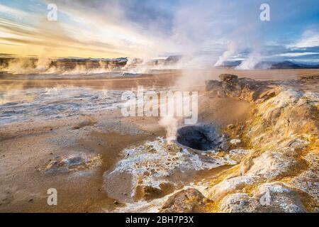 Barrenos de vapor y solfataras en la zona geotérmica de Hverir, cerca del lago Myvatn, al norte de Islandia Foto de stock