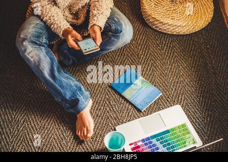 Tecnología y dispositivos modernos teléfono y concepto de portátil con la mujer utilizando el celular y el portátil en el suelo en casa - la gente Internet social adicto o en el trabajo fuera de la oficina en modo independiente libre