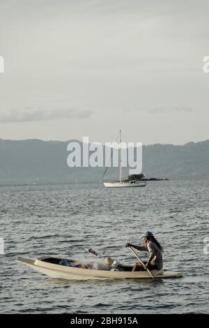 Pescador asiático en el barco frente a la costa Ko Samui