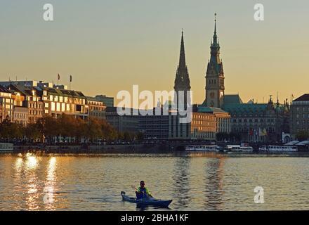 Europa, Alemania, Hamburgo, Ciudad, Binnenalster (lago Alster interior), torres de la ciudad, barco de remos, luz de noche,