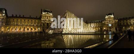 Museo del Louvre iluminado por la noche, París, Francia