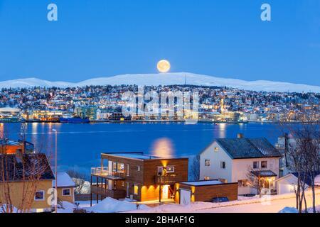 Tromso City en plena Luna en invierno, Navidad en Tromso, Noruega