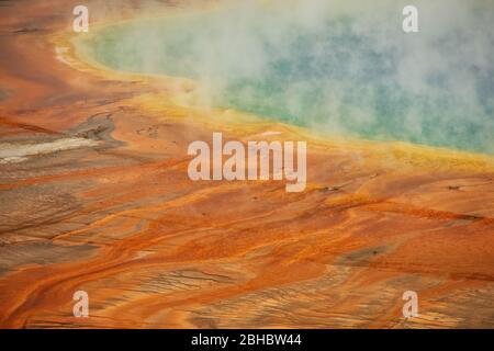 Vista aérea de primer plano del Grand Prismatic Spring en Midway Geyser Basin, Yellowstone National Park, Wyoming, Estados Unidos. Es la fuente termal más grande de la ONU