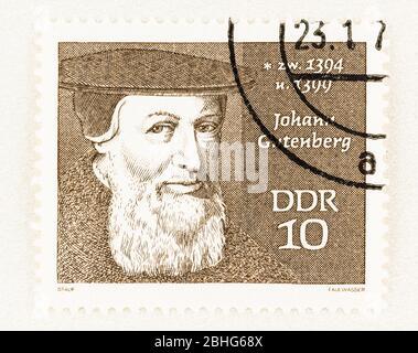 SEATTLE WASHINGTON - 25 de abril de 2020: Sello postal con retrato del inventor Johann Gutenberg de la serie de personas famosas de DDR. Scott # 1167