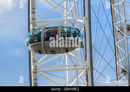 El Shell Centro, el London Eye y el río Támesis con cielo azul en el Reino Unido