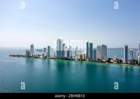 Vista aérea de los hoteles y altos edificios de apartamentos cerca de la costa caribeña. Horizonte moderno de la ciudad.