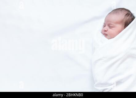 infancia, infancia, familia, atención, medicina, sueño, concepto de salud - banner retrato del recién nacido envuelto en pañal sobre fondo blanco, copia de la escama