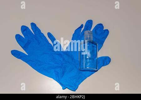 Juego de equipos de protección individual para evitar el uso de Covid-19. También se conoce como Coronavirus. Compuesto por guantes de gel hidroalcohólico de látex azul.
