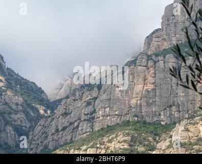 Spanische Berge en den Wolken