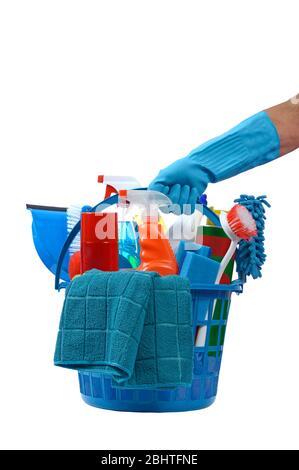 Disparo vertical de una mano enguantada azul sosteniendo una cesta redonda de plástico azul de suministros de limpieza. Fondo blanco. Foto de stock