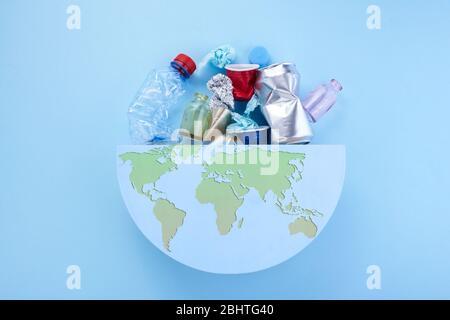 Basura en el globo. El concepto de ecología y limpieza mundial. Planeta Tierra.