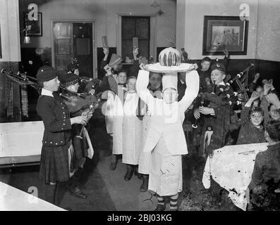Las celebraciones navideñas ya han comenzado en una casa de Barnardo . - las fiestas navideñas han hecho un comienzo temprano en Dalziel del Dr. Barnardo de Wooler Memorial Home , Kingston , donde los puddings de Navidad fueron enlatados con una ceremonia elaborada . - Shows de fotos , chicos que animan como un pudín de Navidad llegan en plena regalia . - 30 de noviembre de 1935