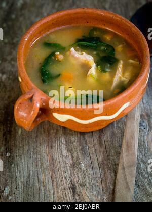 Comida Completa Sopa De Pollo Chorizo Y Verduras Con Arroz Lentejas Y Espinacas Servido En El Recipiente Azul Pálido Fotografía De Stock Alamy