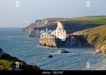 La costa en St.Oswalds Bay mirando hacia Durdle Door en la costa Jurásica en Lulworth Dorset Inglaterra Reino Unido