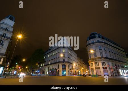 PARÍS - 17 DE SEPTIEMBRE de 2014: Vista nocturna de las casas típicas francesas cerca de la estación de metro Chaussee d'Antin - la Fayette, París Metro. París, Francia.