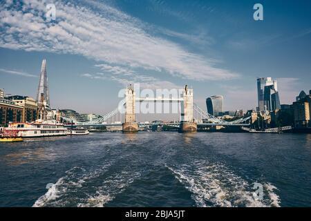 Tower Bridge en el centro de la ciudad. Vista desde lancha rápida sobre el río Támesis. Londres, Reino Unido.