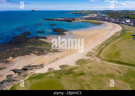Vista aérea de la playa de North Berwick y del club de golf North Berwick, East Lothian, Escocia, Reino Unido