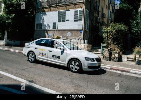 Tel Aviv Israel 28 de abril de 2020 Vista de un taxi israelí que rodaba en la calle Dizengoff en Tel Aviv por la tarde durante el brote de coronavirus